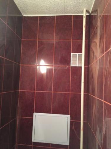 Lakásfelújítás panel wc burkolás.