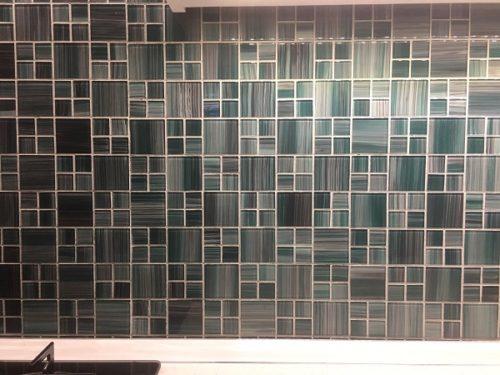 lakásfelújítás üveg mozaik burkolás.