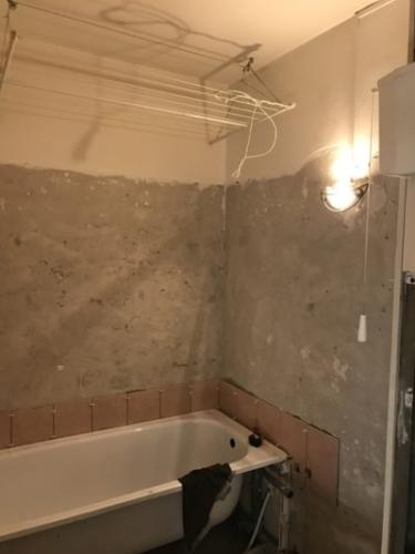 Panelfűrdőszoba beton csiszolás és burkolás.